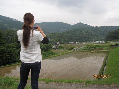 我らがお米プロジェクトの田圃の画像を収める、『ライフ佐世保』の編集者、Yさん。これが 素直で素敵な方であッタ!