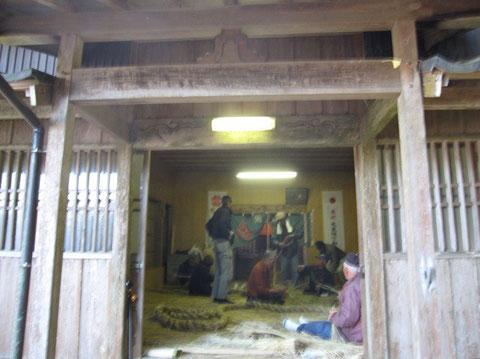 橋口稲荷神社内で、皆で手分けして作業を行う。
