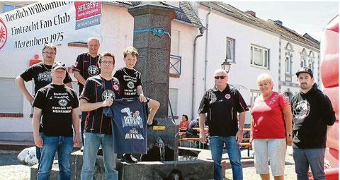 Die Eintracht-Fans in Merenberg freuen sich über das herrliche Wetter beim Brunnenfest und fiebern bereits dem Pokalfinale in Berlin entgegen, das am Samstagabend ausgetragen wird. (Foto: Henche)
