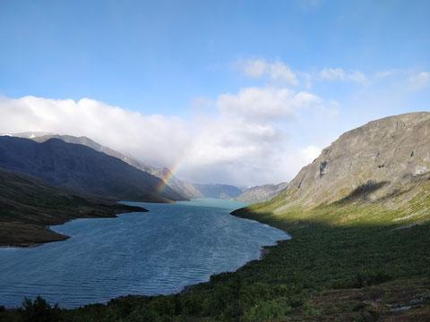 Am Morgen des ersten Wandertages , ein Regenbogen über dem Gjende