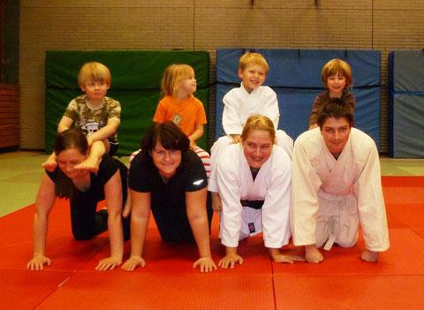 """In der neuen Judo-Gruppe """"Eltern und Kind"""" können Jungen und Mädchen nach Herzenslust mit Vater und/oder Mutter toben!"""