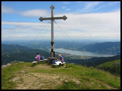 Das stattliche Gipfelkreuz am Hirschberg, wo sich dem Wanderer eine grandiose Rundumsicht bietet - auch auf den Tegernsee.