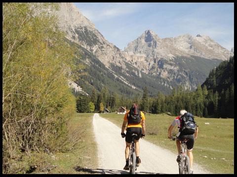 Zwei Biker in der eindrucksvollen Landschaft des Karwendeltals.