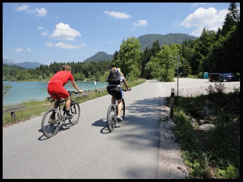Weißblauer Himmel, tiefgrüner See: Zwei Biker auf der Mautstraße zwischen Einsiedl und Niedernach.