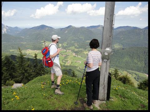 Am Gipfelkreuz angekommen belohnt ein herrlicher 360-Grad-Panoramablick die Bergwanderer für die Mühe des Aufstiegs.