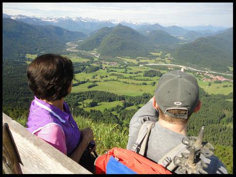 Der Blick vom Bankerl am Grasleitenstein über das Isartal bis weit hinein ins  Karwendel.