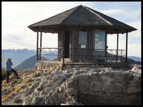Der Pavillon am Herzogstand, etwa 20 Höhenmeter oberhalb des Gipfelkreuzes, bietet eine traumhafte Rundumsicht.