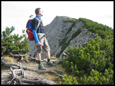 Entlang der Hangkante geht es das letzte Stück zum Gipfel hinauf.
