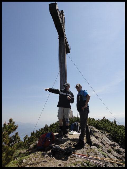 """In 1836 Metern Höhe steht das vom GTEV """"D' Simetsbergler"""" errichtete mächtige Gipfelkreuz."""