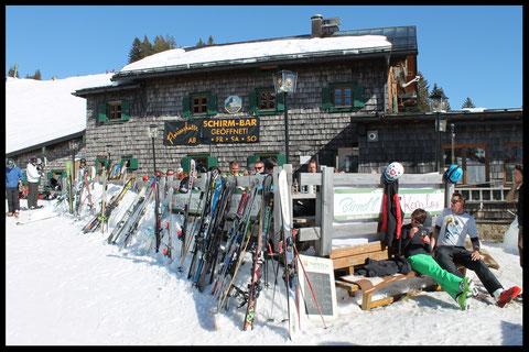 Beliebter Treffpunkt für Skifahrer und Tourengeher: Die Terrasse der Florihütte.