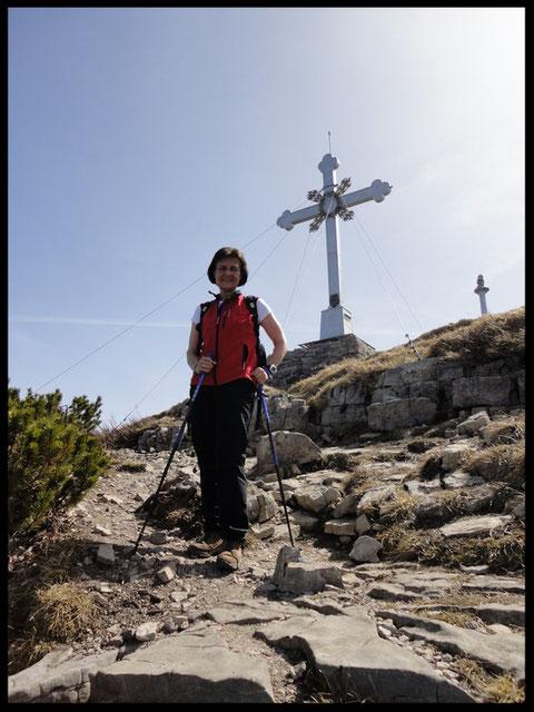 """Am Gipfelkreuz, das anno 1892 vom Trachtenverein """"D' Wallberger"""" gestiftet wurde."""