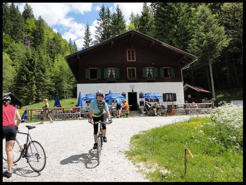 Das ehemalige Forsthaus Aquila: hier trifft der Radler bei schönem Wetter stets zahlreiche Gleichgesinnte.