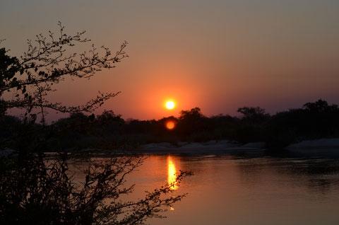 Sonnenuntergang am Okavango River (Namibia)