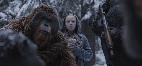 Sur leur route, les singes vont rencontrer une petite fille muette, atteinte du virus de la grippe simiesque (©20th Century Fox).
