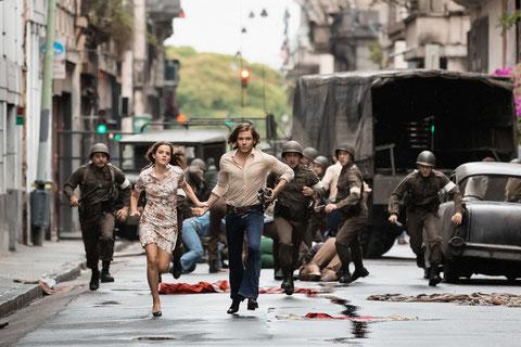 Emma Watson et Daniel Brühl courent pour échapper aux militaires chiliens, mais en vain (©Ricardo Vaz Palma/Rezo Films).