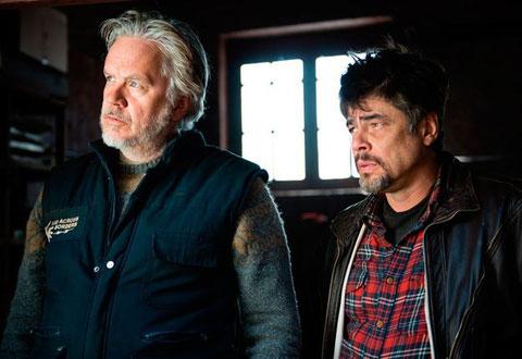 Tim Robbins et Benicio del Toro, deux humanitaires dans les Balkans (©Fernando Marrero/Reposado PS/MediaProduccion SLU).