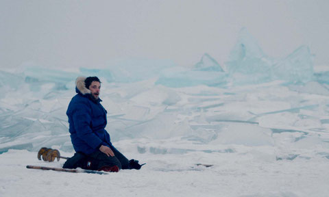 Raphaël Personnaz est, à l'écran, Sylvain Tesson qui a passé un an seul dans une cabane en Sibérie (©Nord-Ouest Films/Paname Distribution).