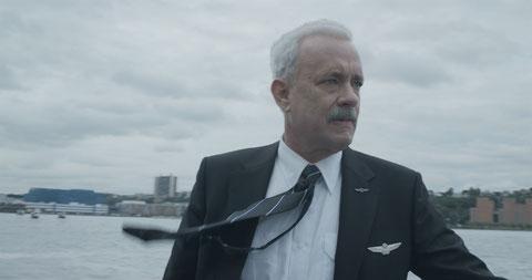 """Tom Hanks est """"Sully"""", le pilote de l'Airbus qui a amerri sur l'Hudson en janvier 2009 (©Warner Bros)."""
