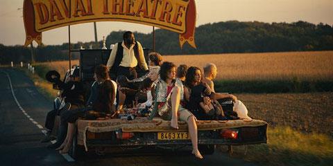 Les comédiens itinérants vont de ville en ville (Pyramide Films).