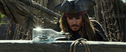 Les bateaux et la bouteille: les deux passions de John Depp, alias Jack Sparrow (The Walt Disney Company).