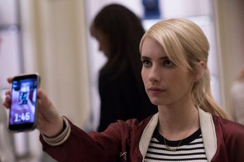 Le portable d'Emma Roberts est formel: il ne lui reste plus qu'une minute 46 secondes pour réaliser son défi... (©Metropolitan FilmExport).