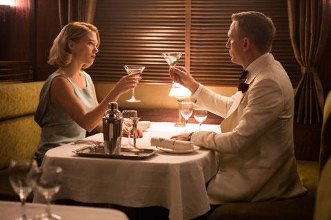 Léa Seydoux et Daniel Craig trinquent au retour de James Bond (©Sony Pictures)