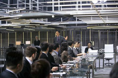 La multinationale de Hong Kong Jones & Sunn s'apprête à entrer en bourse quand éclate la crise financière mondiale de 2008 (©Carlotta Films).