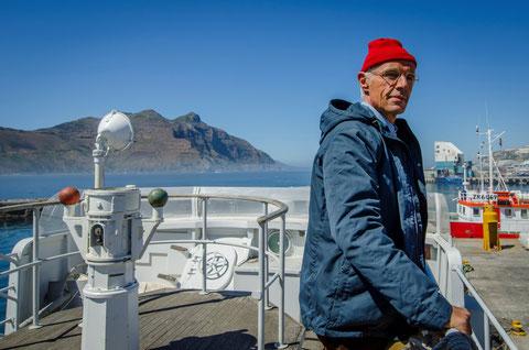 Lambert Wilson ressemble beaucoup au commandant Cousteau, surtout avec un bonnet rouge (©Coco van Oppens/DCM/Wild Bunch).