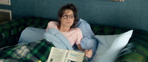 Dans le film, Marie-Francine revient vivre chez ses parents et dort dans le canapé du salon (©Jean-Marie Leroy/Rectangle Productions/Gaumont).