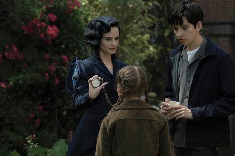 De particulière à particuliers: Miss peregrine (Eva Green) protège ses enfants aux dons surnaturels (©20th Century Fox).