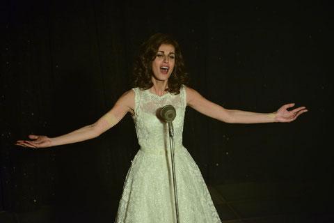 Dalida dans les années 60? Non: l'actrice italienne Sveva Alviti, qui l'incarne dans le biopic (©Luc Roux/Pathé Distribution).