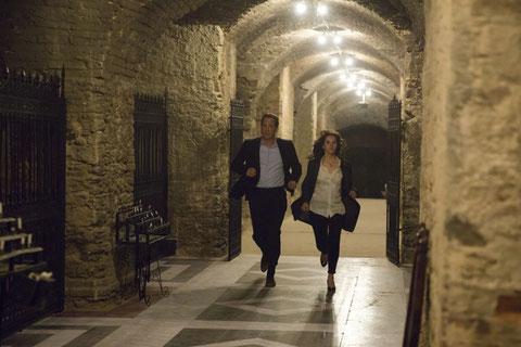 Tom Hanks et Felicity Jones courent pour échapper à leurs ennemis, dans les tunnels secrets de Florence (©Sony Pictures).