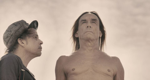 "Denis Lavant le clown et sa ""conscience"", Iggy Pop (©Sophie Blondy/Wide Distribution)."