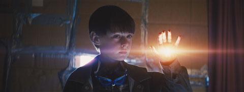 Parle à ma main: ce petit garçon a des pouvoirs spéciaux (©Warner Bros).