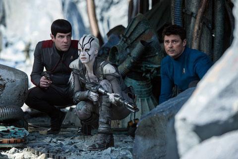 """Spock (Zachary Quinto), Jaylah (Sofia Boutella) et """"Bones"""" McCoy (Karl Urban) en danger sur une planète hostile (©Paramount Pictures)."""