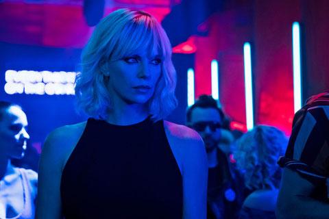 """Dans """"Atomic Blonde"""", Charlize Theron alterne le sexy et le musclé (©Universal Pictures France)."""
