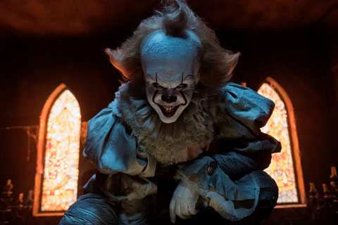"""Hou qu'il est vilain! Dans """"Ça"""", le clown ne fait pas rire, bien au contraire (©Warner Bros)."""