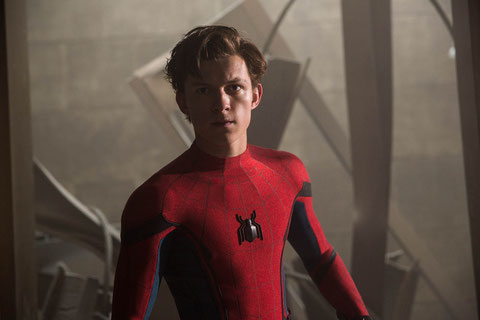 Adolescent, Spider-Man a les traits (quand il enlève son masque) du jeune acteur britannique Tom Holland (©Sony Pictures/Marvel).