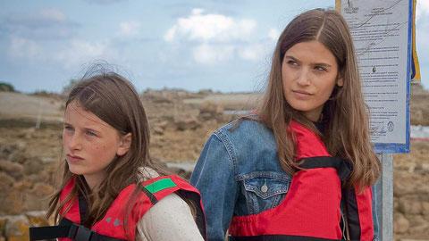Luna Lou (à gauche) et Alma Jodorowsky interprètent les deux soeurs qui passent les vacances dans le Sud puis en Bretagne (©Mathieu Morelle/Karé Productions).