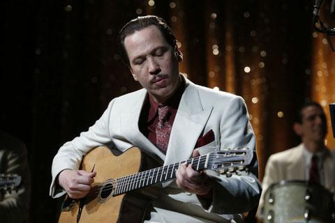 Reta Kateb a appris à jouer de la guitare avec trois doigts pour interpréter Django Reinhardt (©Roger Arpajou/Pathé Films).