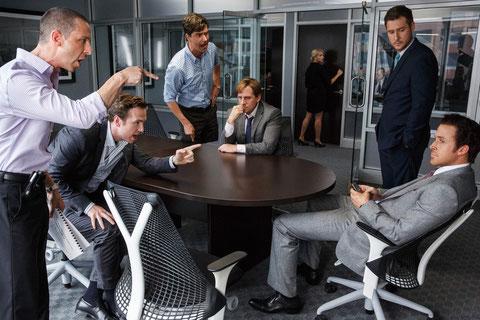 Une bande de jeunes financiers ont prévu la crise avant tout le monde (au centre Steve Carell, à droite Ryan Gosling)(©Paramount Pictures).