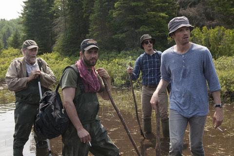 Gabriel Arcand, Pierre-Yves Cardinal, Patrick Hivon, Pierre Deladonchamps (de gauche à droite): à la recherche d'un cadavre dans un lac (©Sébastien Raymond/Fin Août Productions).