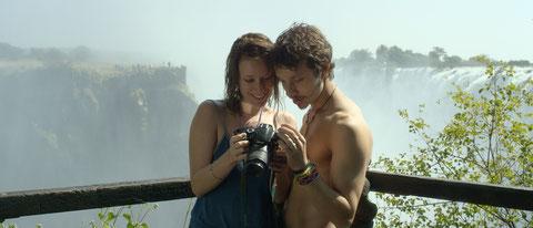 João Pedro Zappa (à droite) et Caroline Abras interprètent Gabriel Buchmann et sa petite amie (©Version Originale Condor).