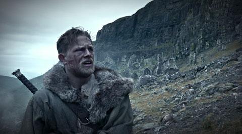 Charlie Hunnam interprète un roi Arthur musclé (©Warner Bros).