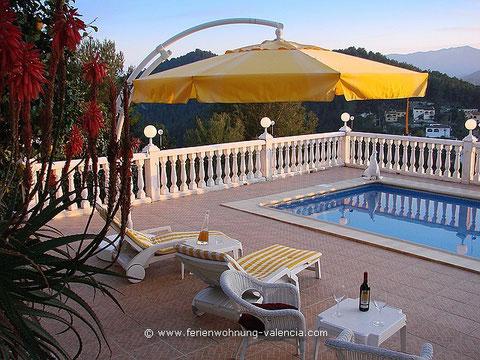 Meerwasser- Pool &Terrasse der Ferienwohnung Valencia bei Sonnenuntergang, Klick auf das Bild führt zum Apartment, Fotot: Birgitta Kuhlmey, Valencia, Spanien