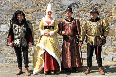 Les plus belles robes masculines du XVème siécle présentées sur leur propriétaire respectif. La créatrice des vêtements de Nobles du XVème, Nathalie Brandt.
