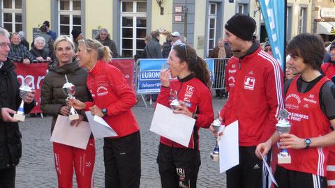 Ehrung der Sieger auf dem Marktplatz von Ratingen: 2.v.l. Christl Dörschel, rechts: Alexander Henne u.Tim Sidenstein (weitere Fotos unten)