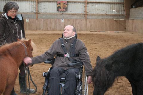 La thérapie avec le cheval pour des personnes en situation de handicap : instants de complicité.