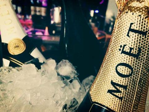Champagner Flaschen im Kühler mit Eis