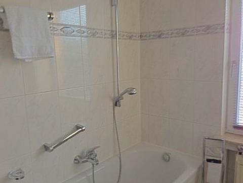 ... Dusche und Badewanne.